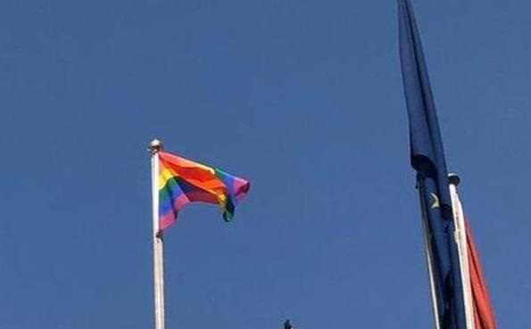 خشم عراقی ها از برافراشتن پرچم همجنس گرا ها سفارتخانه های خارجی