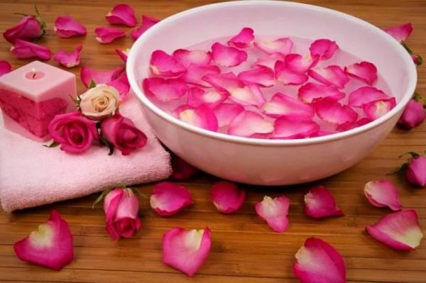 خواص آب گل رز روی پوست معجزه می نماید