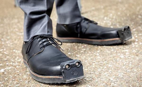 کفش هوشمندی که به کمک نابینایان می آید